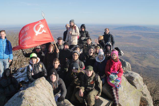 Символ Знамени Победы на вершине горы Змейка