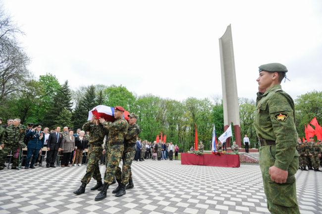 Церемония захоронения останков бойца