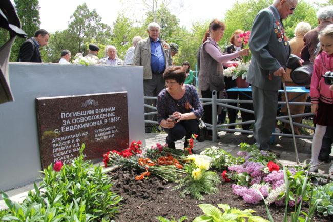 Внучка Демкина И.Д. у могилы своего деда
