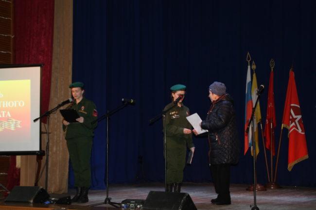 Вручение документов на оолдата Морозова Михаила Захаровича