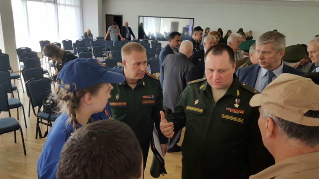 Юнармейцы беседуют с генерал–майором Касперович Д.В.,