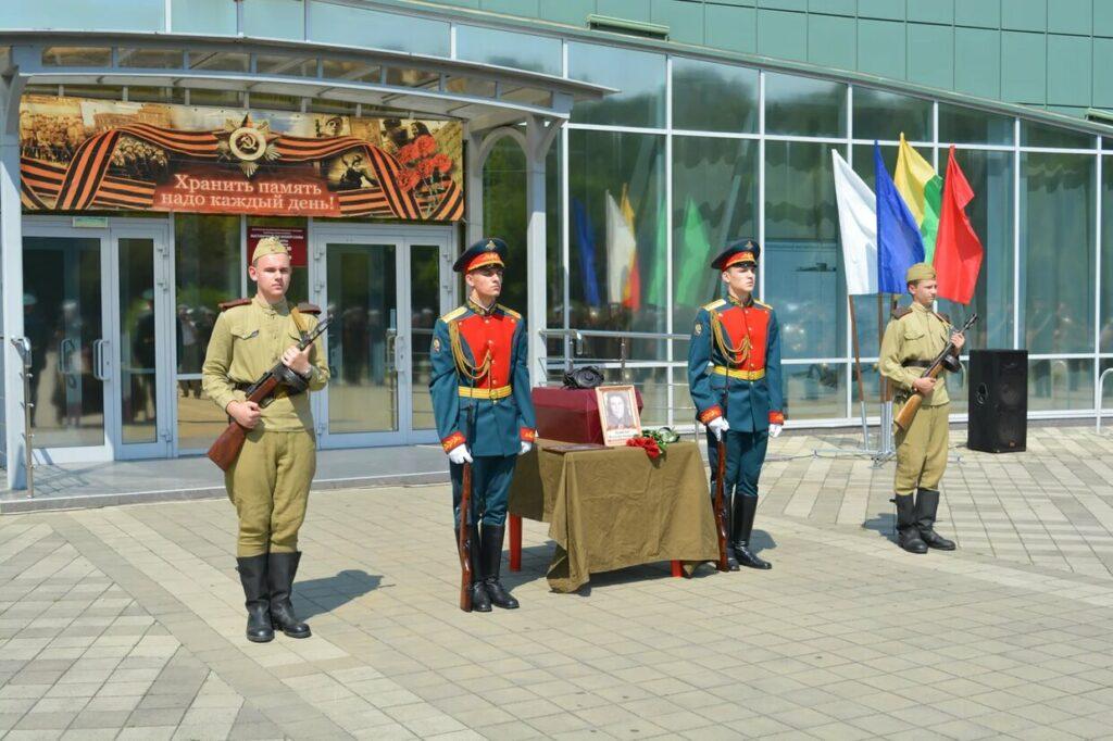 Торжественноа церемония передачи останков воина