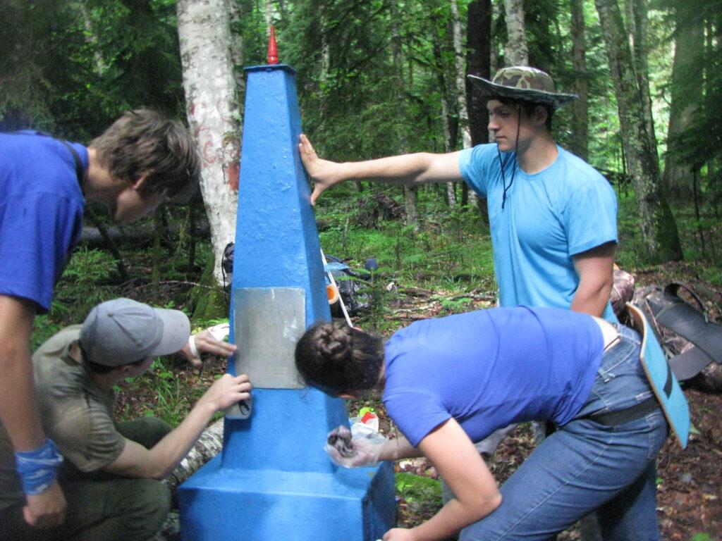 Зачистка памятника на могиле неизвестного лейтенанта перед покраской