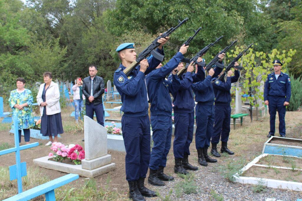 Торжественная церемония захоронения воина