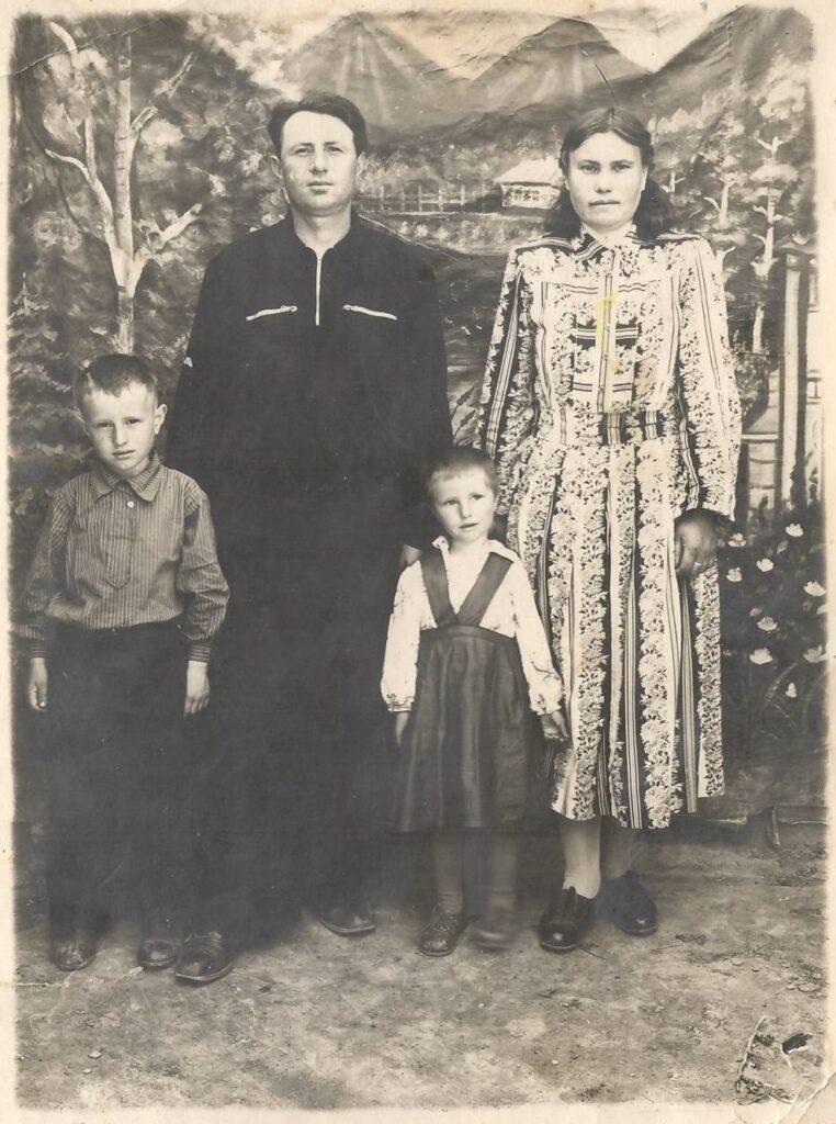 Пашин Иван Федорович после войны с женой и детьми