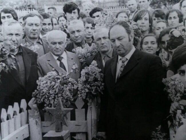 Цветы на могилу героя