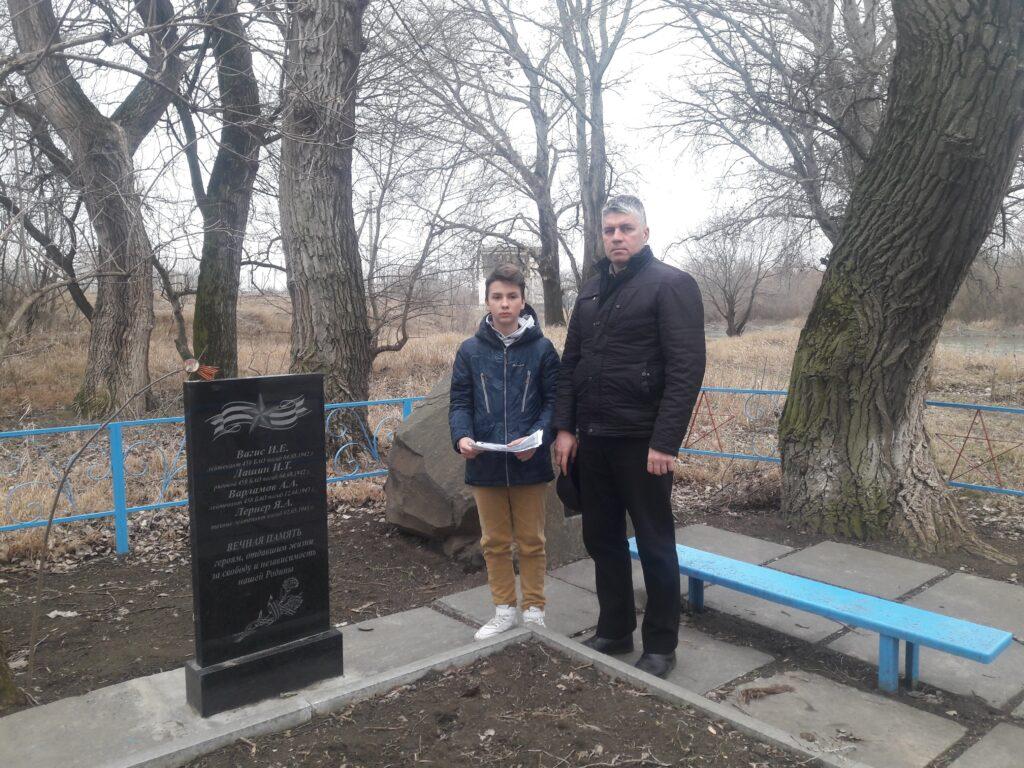 Активисты поискового отряда «Патриот» у памятника погибшим пос. РЭС г.Невинномысск
