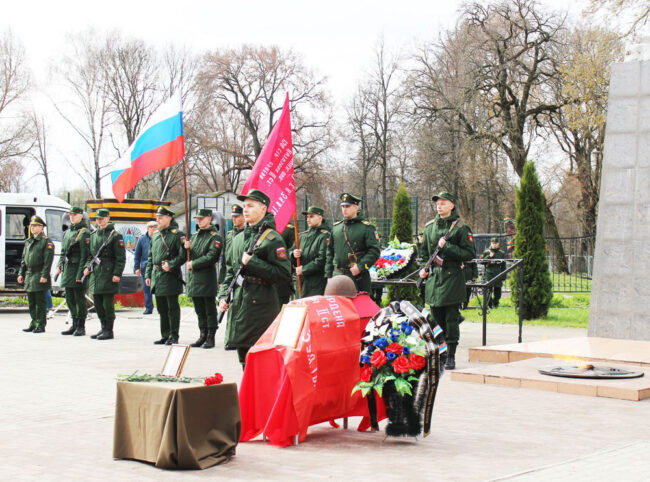 Торжественная церемония передачи останков воина