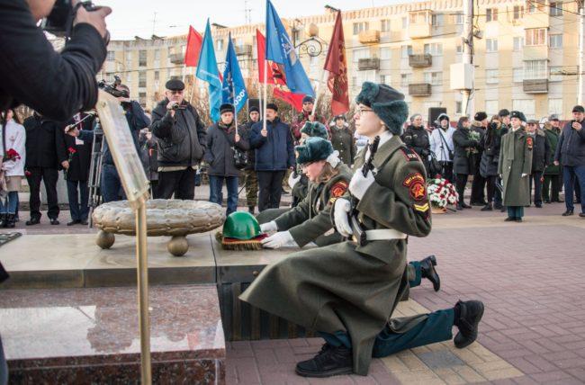 Возложение цветов и венков к братским могилам погибших воинов.