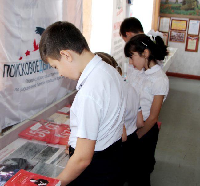 воспитанники кадетского казачьего класса знакомятся с экспонатами музея