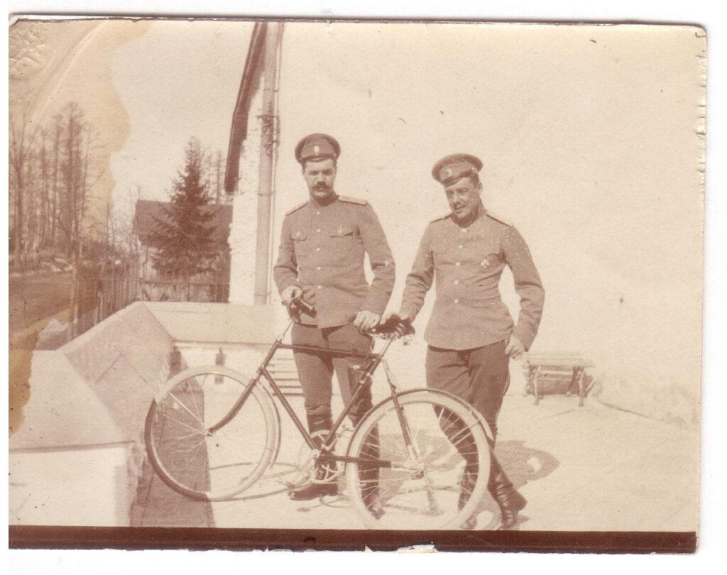 2 офицера с велосипедом