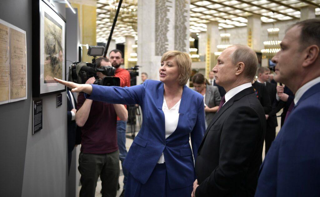В.В.Путин знакомится с материалами выставки «Фронтовой портрет. Судьба солдата»