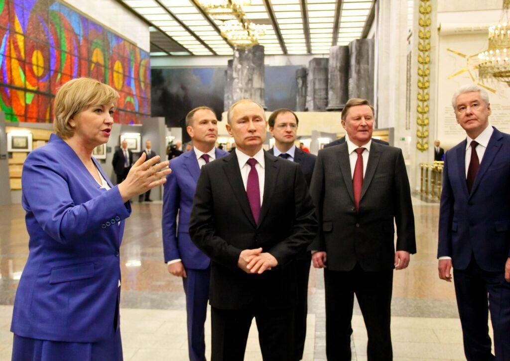 Е.М.Цунаева знакомит президента страны с экспонатами выставки
