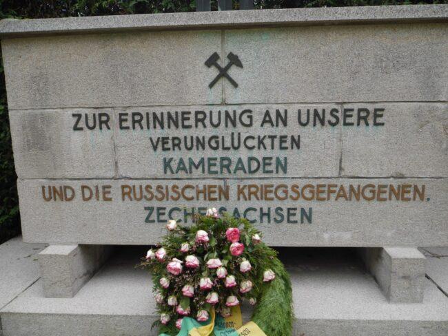 На кладбище Дасбек есть отдельная площадка с памятным камнем, в память о погибших шахтёрах