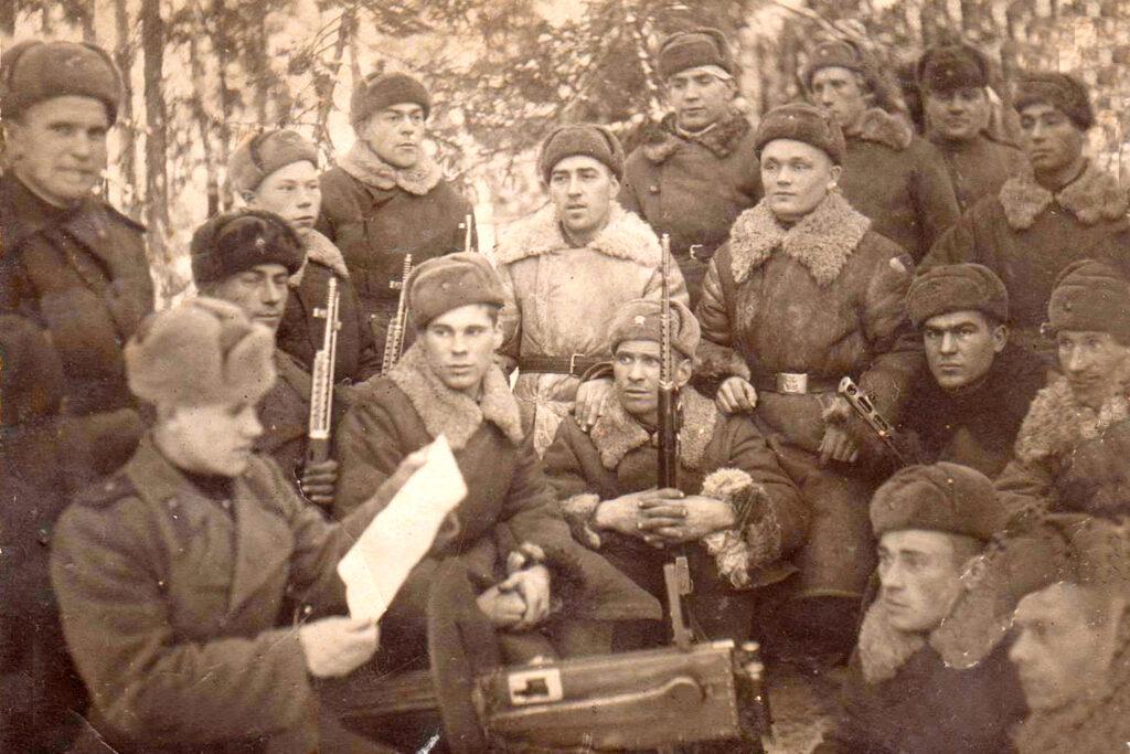 Семенюк А.А. проводит с бойцами политинформацию 31 ноября 1943г