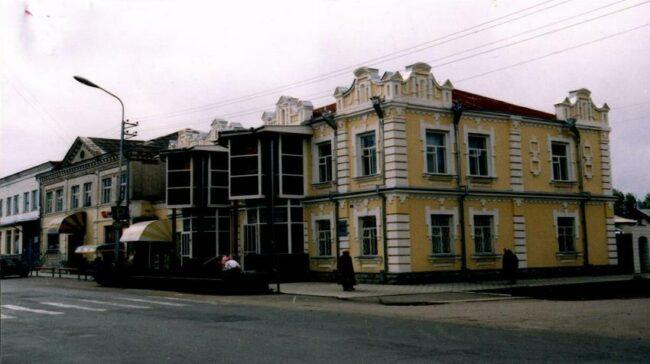 Здание с памятной доской