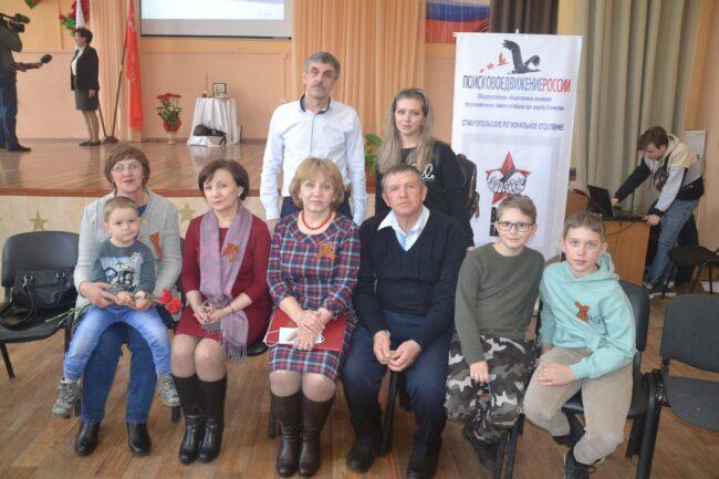Ю. А. Смирнов с родственниками найденных бойцов
