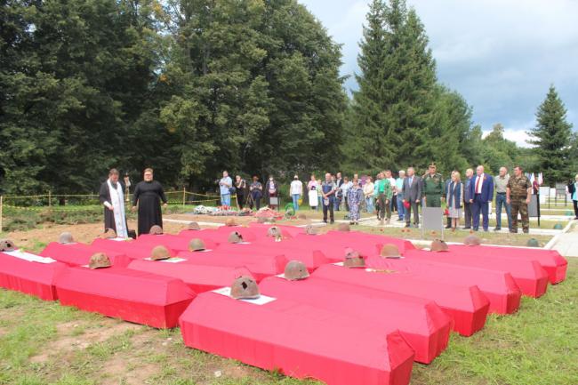 Торжественная церемония захоронения воинов
