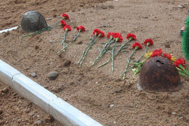 Цветы на могиле воинов